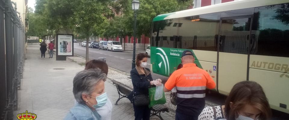 Protección Civil vuelve a repartir mascarillas en Granada