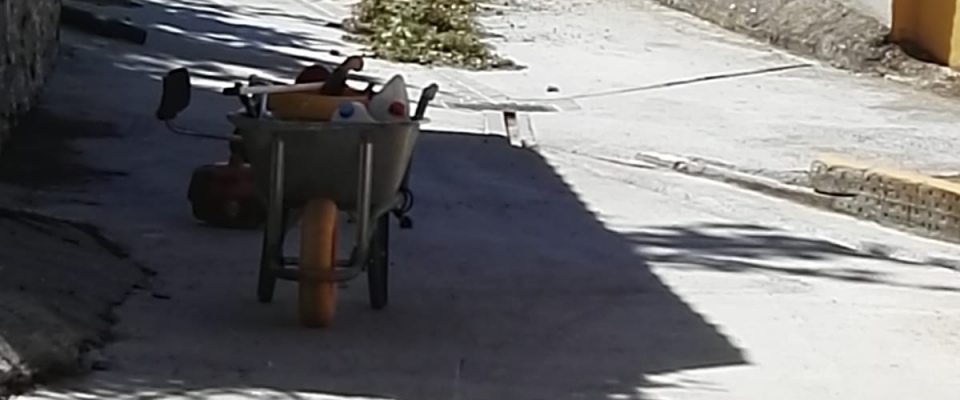 Limpieza de la calle Acequion en Huétor Santillán