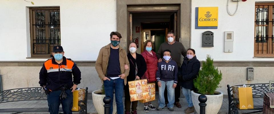 El Ayuntamiento hace entrega de las cestas de navidad con la ayuda de Protección Civil