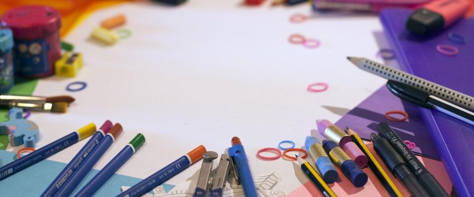 El Ayuntamiento reparte material escolar en Huétor Santillán